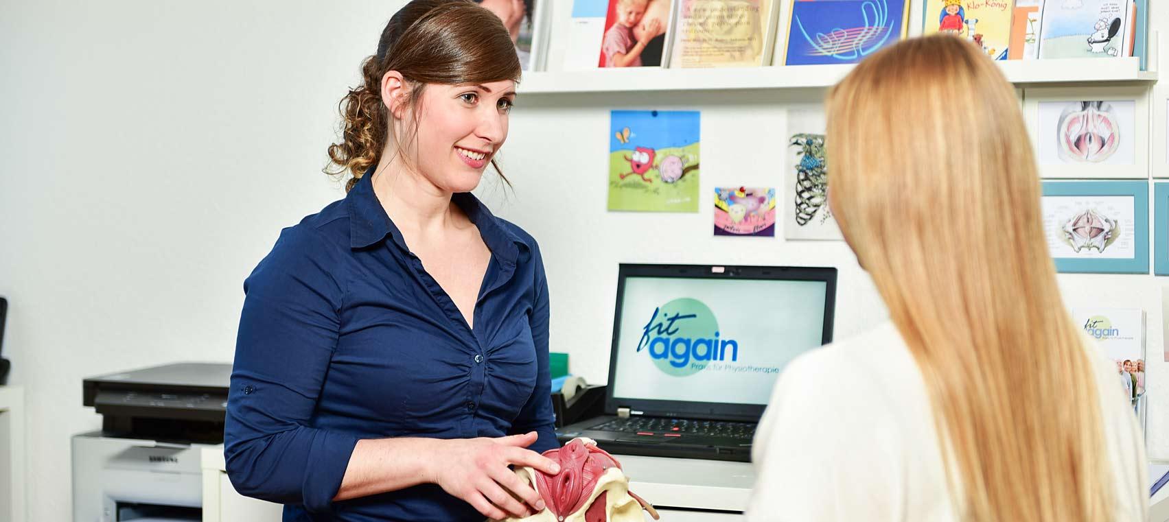 Anna Schweitzer in der Beratung, Physiotherapeutin bei fitagain, Praxis für Physiotherapie in Köln-Junkersdorf